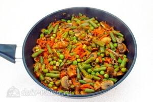Стручковая фасоль с грибами в томатном соусе: фото к шагу 10.