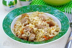 Свинина с квашеной капустой и рисом готова