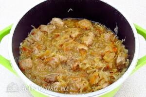 Тушеная свинина с квашеной капустой и яблоками: фото к шагу 12.