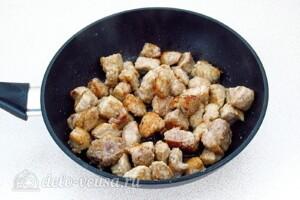 Тушеная свинина с квашеной капустой и яблоками: фото к шагу 6.