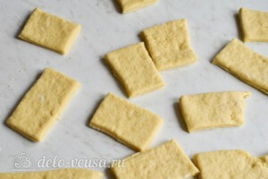 Таратушки на кефире: тесто нарезанное прямоугольниками