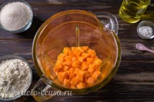 Добавляем в блендер почищенную морковь