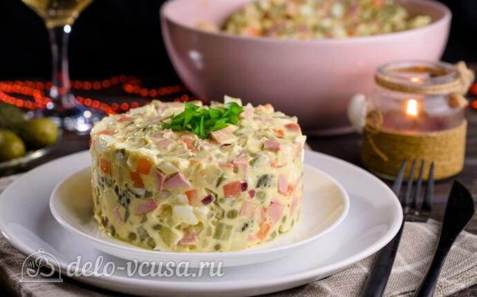 Оливье с колбасой и маринованными огурцами