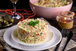 Оливье с колбасой и маринованными огурцами готов