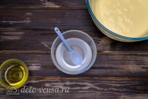 В кипяток добавляем соду и перемешиваем