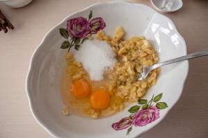 Добавляем сахар и яйца