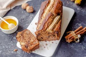 Банановый кекс с орехами и шоколадом готов