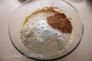 Добавляем просеяннуюу муку, разрыхлитель и соль