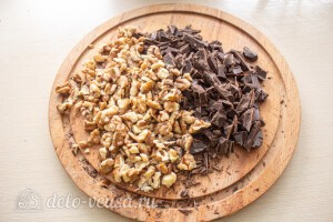 Измельчаем шоколад и орехи