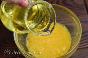 Добавляем масло в тесто