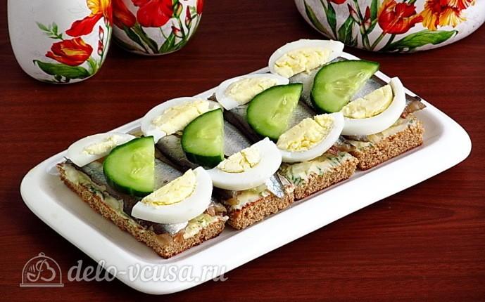 Бутерброды с килькой, яйцом и огурцом