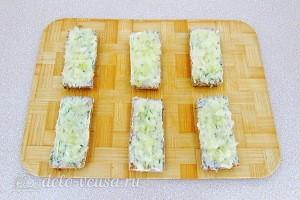 Смазываем хлеб маслом и посыпаем луком