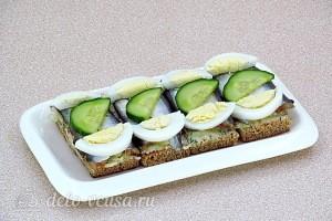 Бутерброды с килькой, огурцом и яйцом готовы