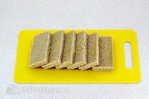 Режем ломтики ржаного хлеба