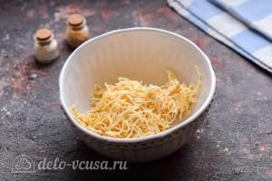 Натираем плавленый сыр на мелкой терке