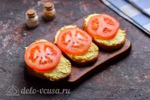 Кладем сверху ломтики томатов