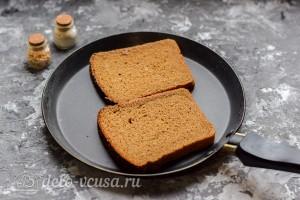 Обжариваем хлеб с двух сторон
