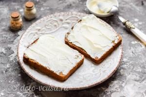 Смазываем хлеб плавленым сыром