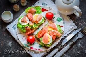 Бутерброды с семгой и яйцом готовы