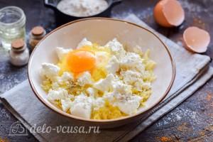 Добавляем яйцо и специи