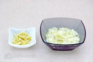 Режем лук и чеснок