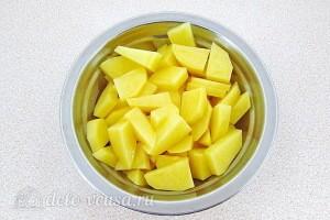 Картофель чистим и режем кубиками