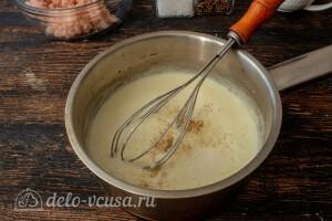 Вливаем молоко и готовим соус