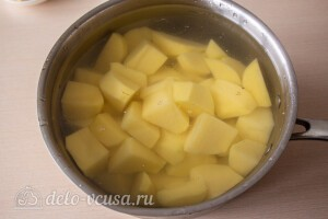 Режем картошку крупными кусками и варим до готовности
