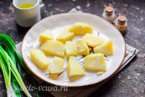 Картошку в мундире чистим и режем