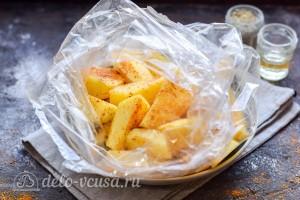 Кладем картошку в рукав и добавляем масло