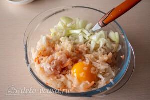 Соединяем капусту, лук, куриный фарш и яйцо