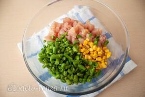 Соединяем мясо, кукурузу и фасоль