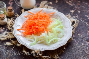 Морковь натираем на терке, а лук режем кубиками