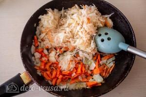 Обжариваем овощи и добавляем к ним капусту