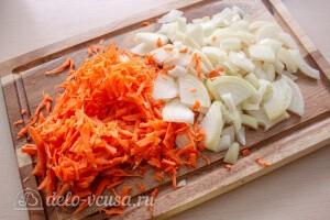Порезать лук и натереть морковь