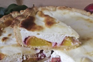 Пирог с персиками и сметанной заливкой готов