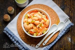 Постный салат с фасолью и соленым огурцом готов