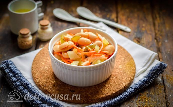 Постный салат с фасолью и соленым огурцом