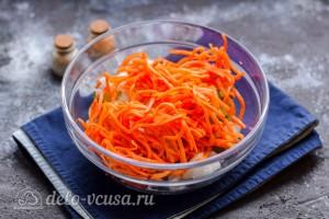 Морковь по-корейски добавляем в салатник