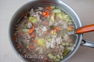 Добавляем в бульон картошку, кашу и огурцы