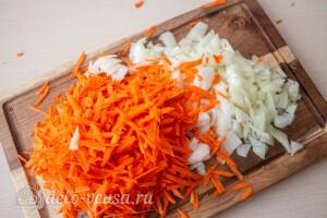 Лук режем кубиками, а морковь трем на терке