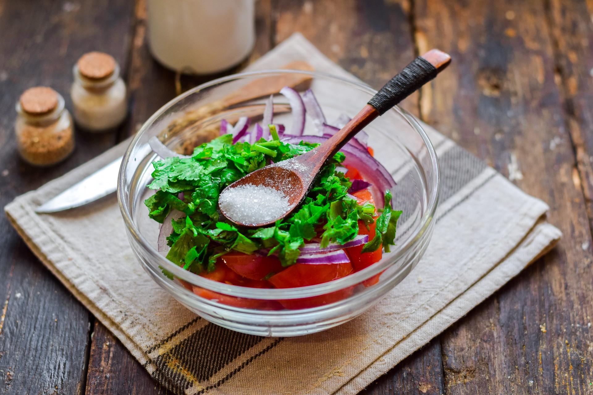 Заправляем салат солью и сахаром