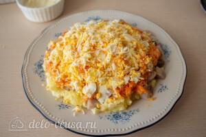 Далее трем сверху на морковь вареные яйца