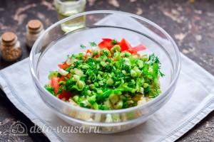 Добавляем измельченный зеленый лук и укроп
