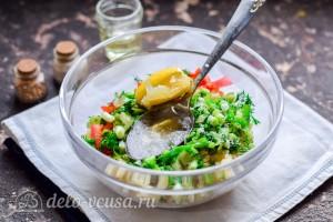 Заправляем салат сокам лимона и маслом