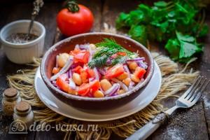 Салат из фасоли и помидоров готов