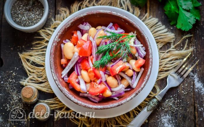 Пикантный салат из фасоли и помидоров