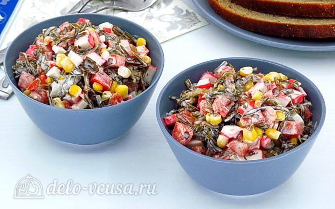Салат из морской капусты, крабовых палочек и помидоров
