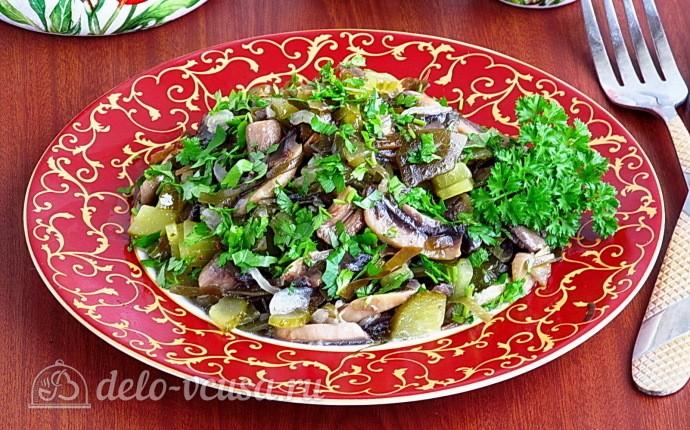 Салат из морской капусты с солёными огурцами и шампиньонами