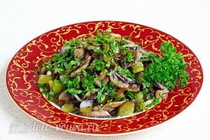 Салат из морской капусты с солеными огурцами и шампиньонами готов